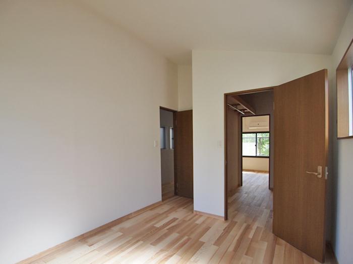 【2階東側洋室】ウォークインクローゼット越しに西側の部屋とつながる