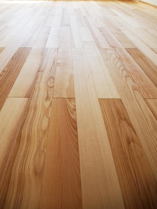 【2階の床】ライトな色味。天然木のフローリング