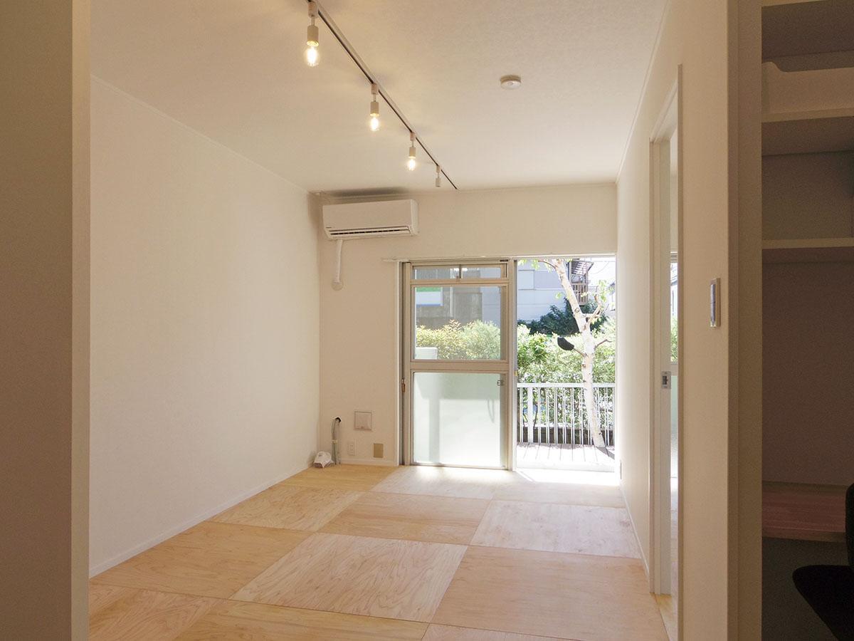 ヒノキの床板に、白の壁紙。シンプルでクリーンな印象の空間