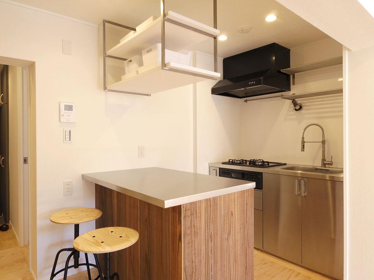 ポイント高めなキッチン周り。カウンターは調理台としても、ダイニングテーブルとしても
