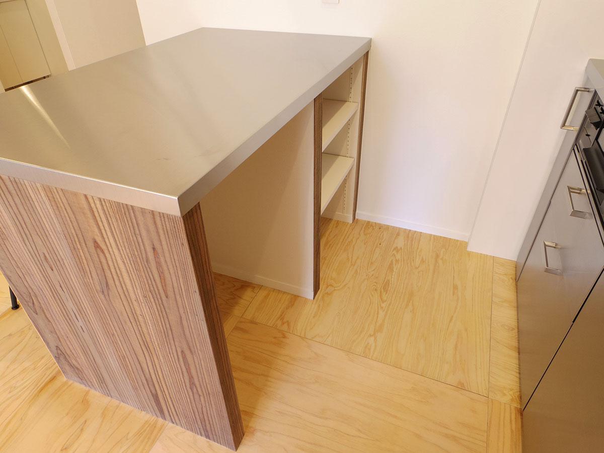 カウンターの下はゴミ箱や調味料を置けます
