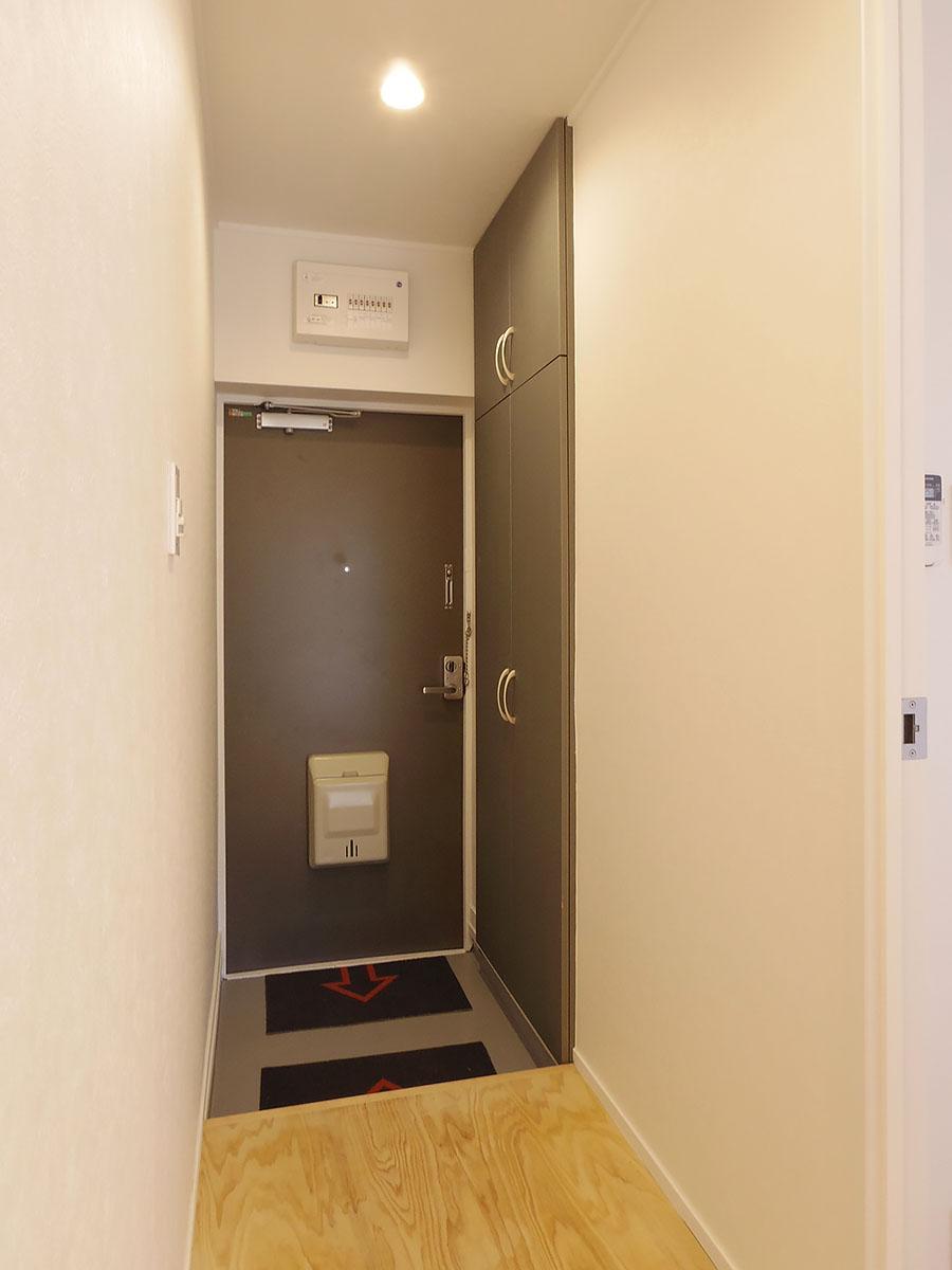 玄関。天井までの高さの靴箱付き