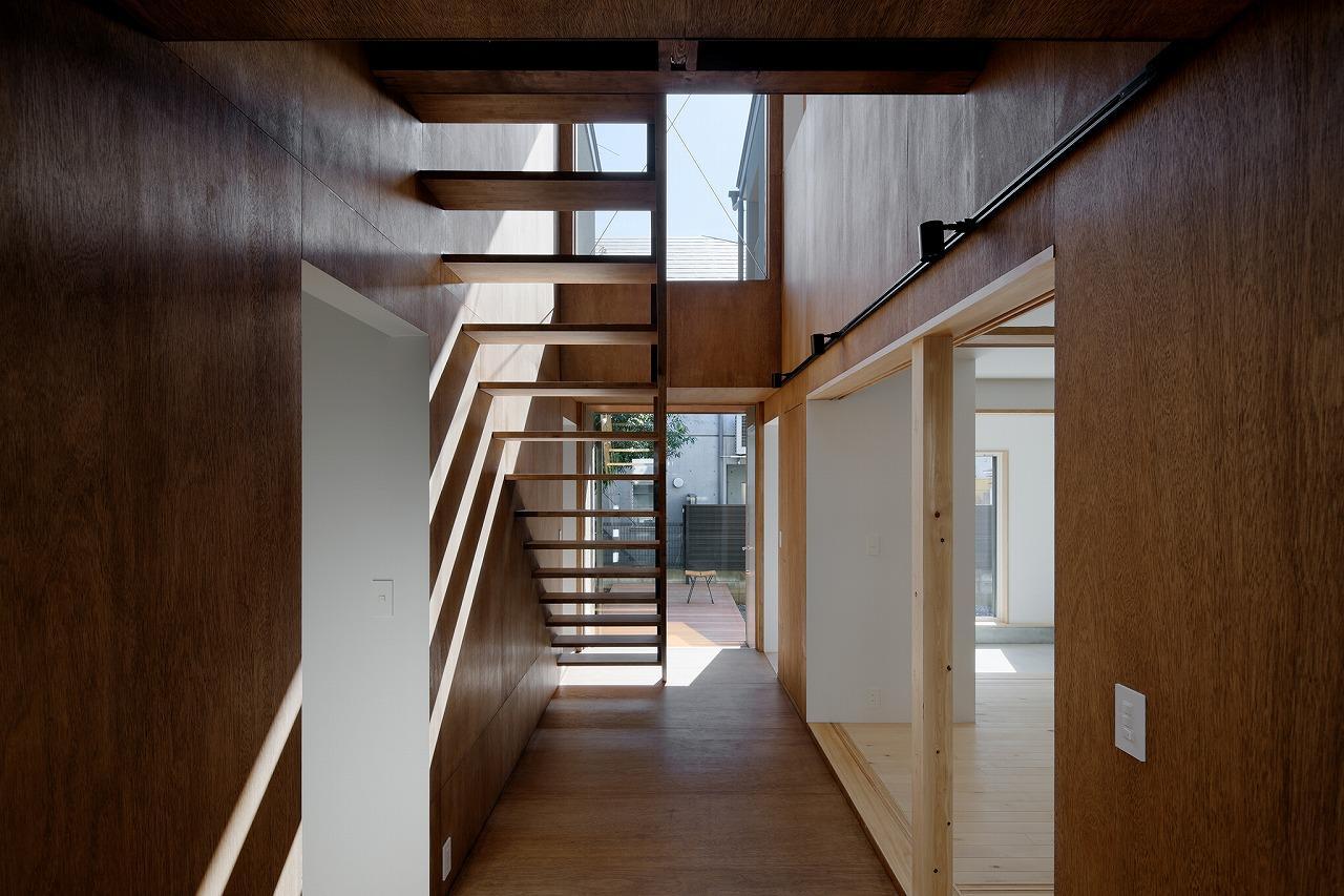 軽やかな階段からは光も綺麗に入り込みます photo:石田 篤(IPS)