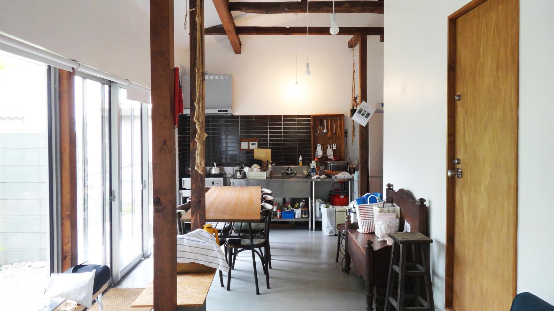 共用リビングにはキッチン、ダイニング、ソファなどがあってくつろげます
