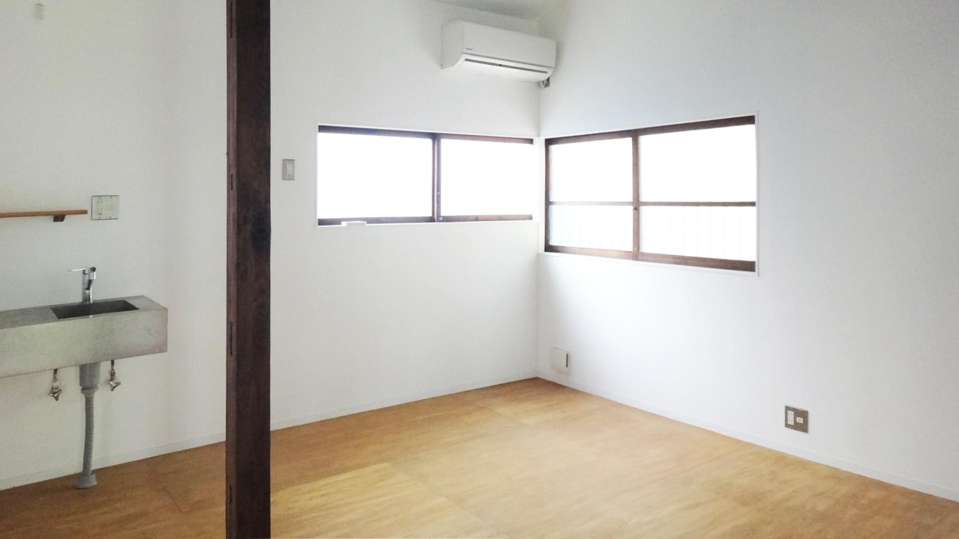 2号室の室内はすっきりしています。昔ながらのサッシがなじんでいます