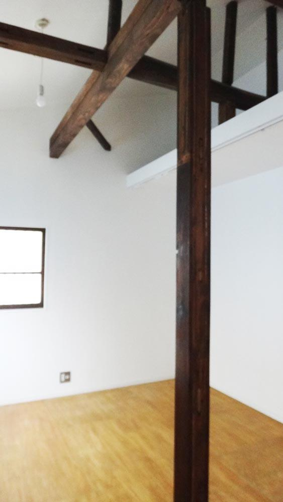 勾配天井で天井が高く、荷物をおけるロフト付き