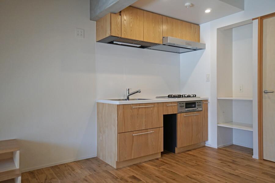 キッチンの左側に食器棚や冷蔵庫、右側の棚に家電製品を置くことができそう