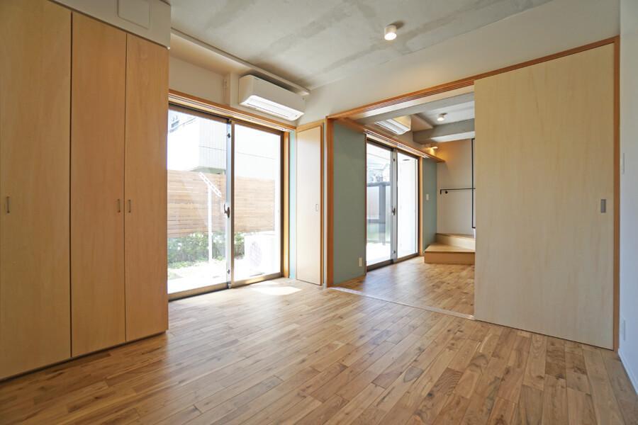 洋室1。寝室にちょうどいい広さ。庭に面しているので、心地よく起床できそう