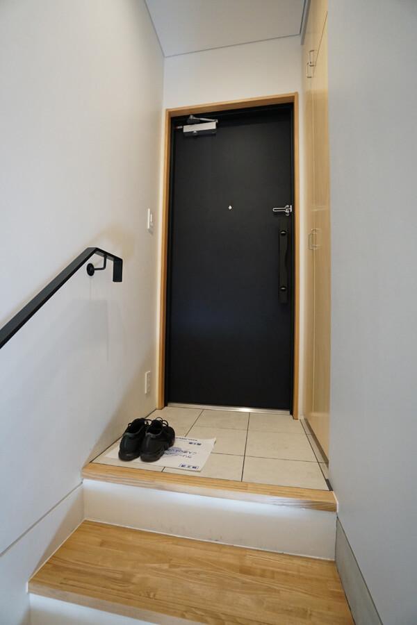 玄関。入ってすぐに階段があります