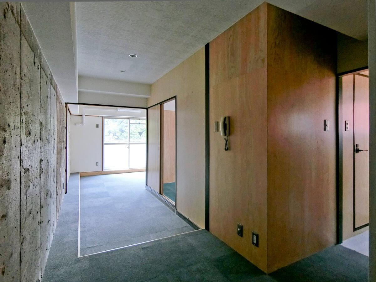 玄関から窓際までの細長いスペースが使いづらそう