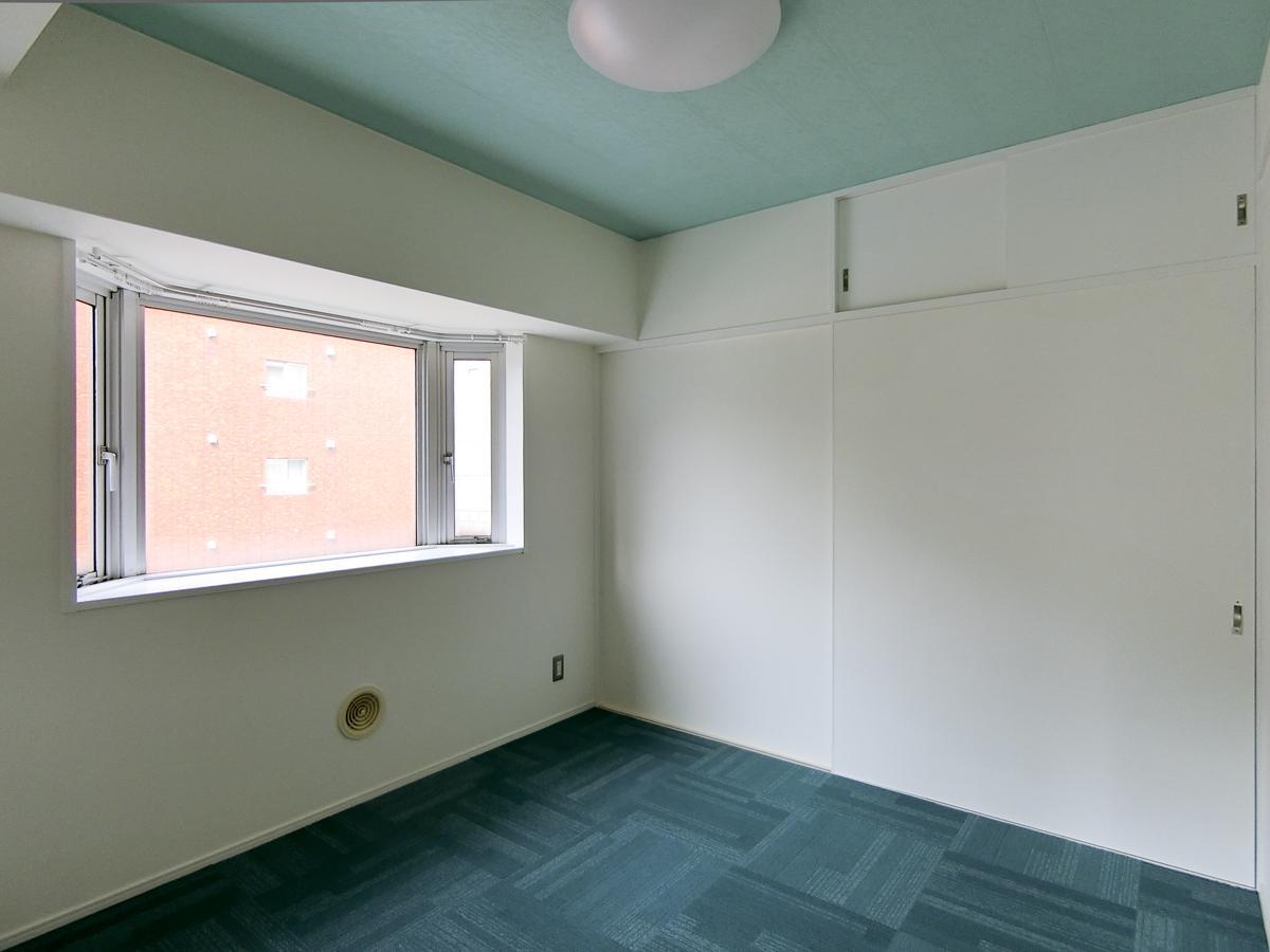 中央の寝室は、遊び心を感じる色使い
