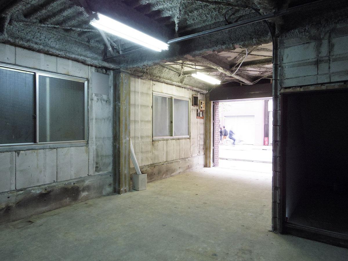 右側の階段下には収納スペース。表記面積には含まれません