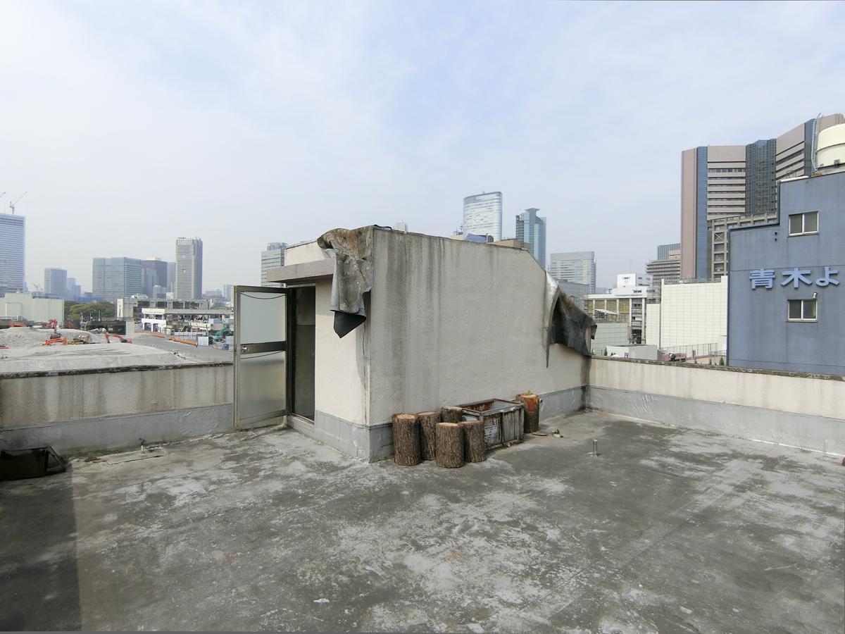 屋上。周りに高い建物がなく、スコーンと抜けています