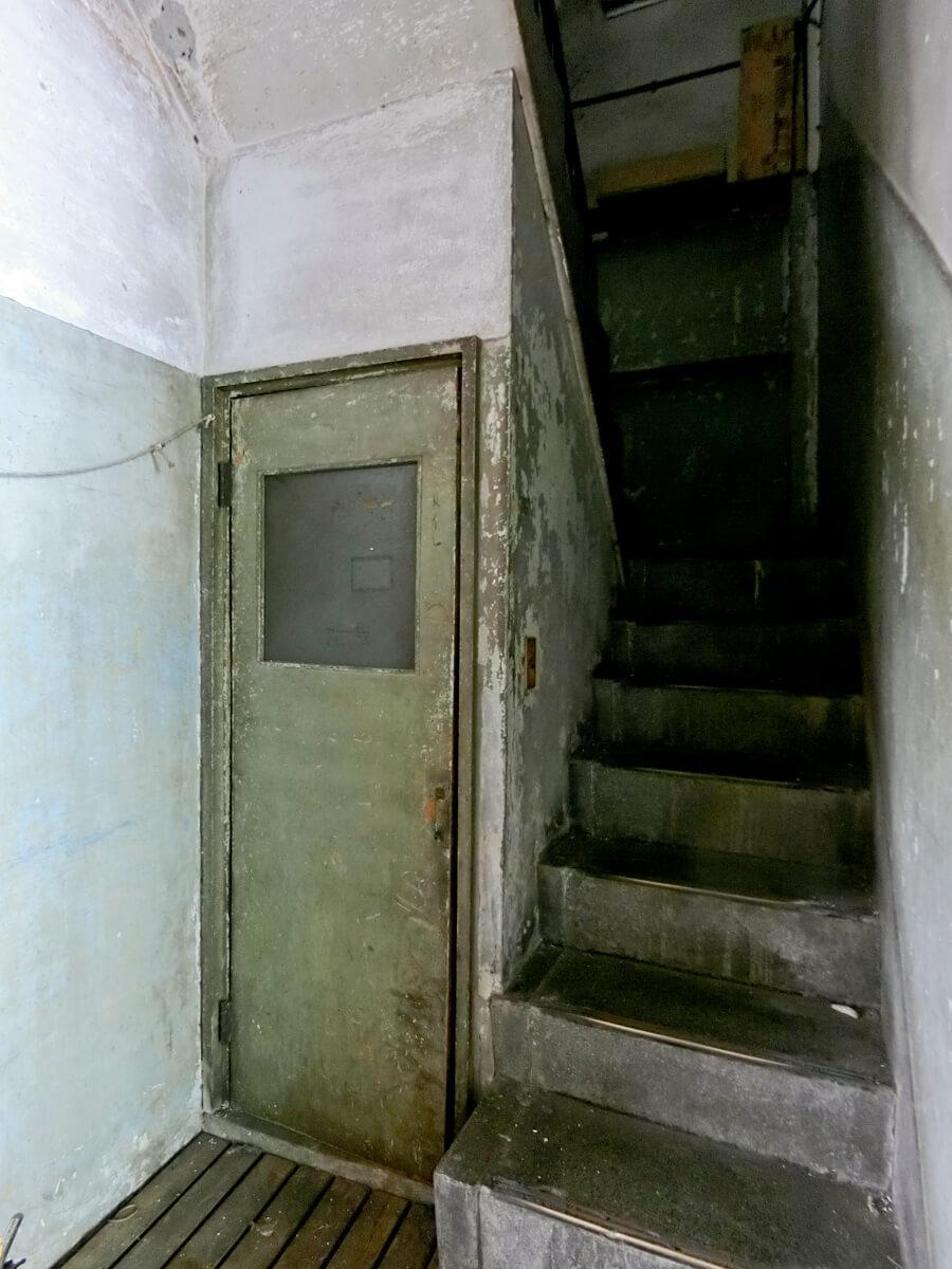 1階:階段。扉の先はトイレです