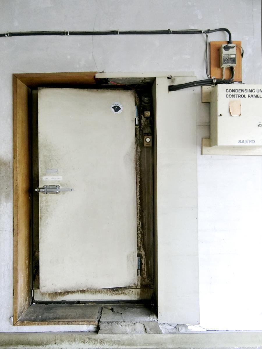 2階:食品保管部屋の扉