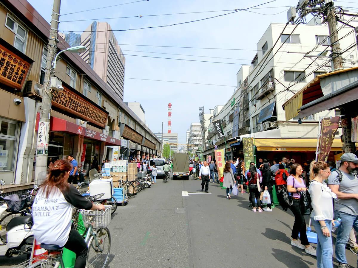 観光客でにぎわう場外市場。この通り沿いに今回の物件があります
