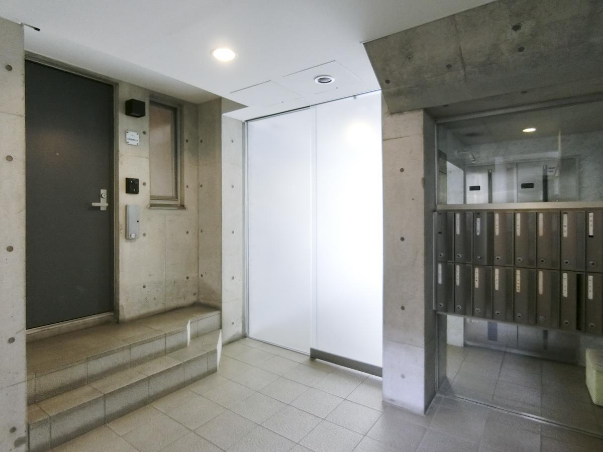 中央はエントランスの自動扉。左の扉が今回の区画です