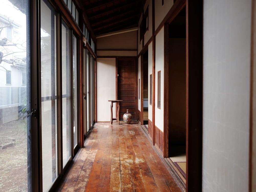 艶やかな板間の縁側。撮影の後、縁側の掃出し窓は木製建具に更新されました