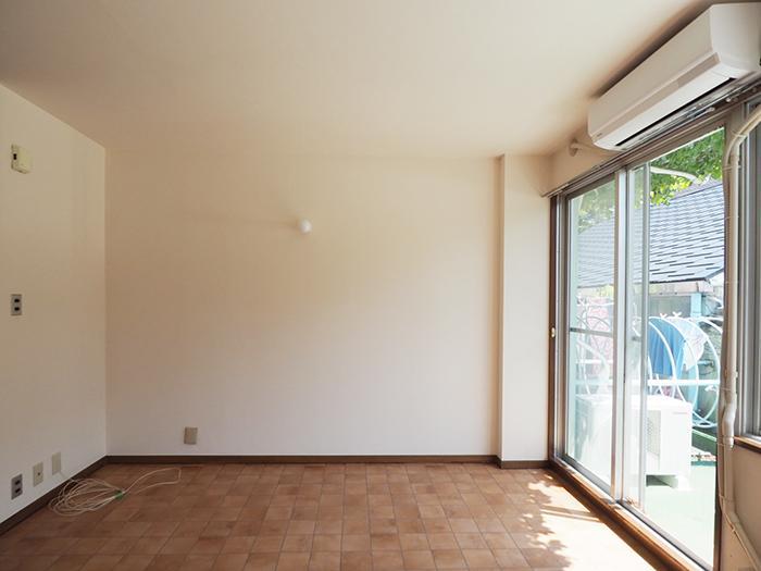 どこかレトロな雰囲気の内装ですが、新たに壁紙・床の張替えがされたばかり。エアコンも新品。壁付けの照明がかわいい