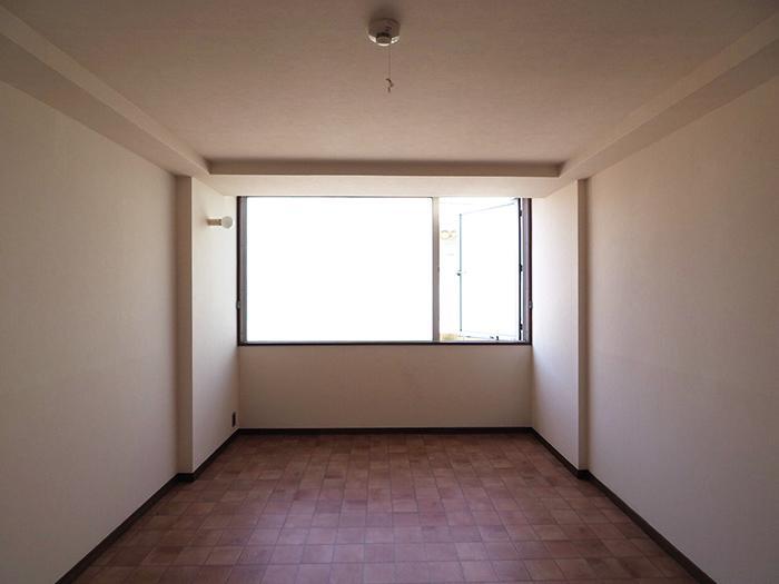 北側7畳の洋室。大きな窓が印象的。曇りガラスの窓で網戸はついていません