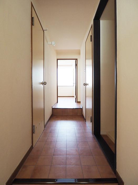 廊下に水回り。奥に個室