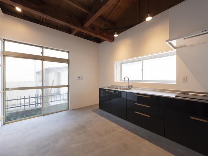 キッチンは幅2.7m、ビルトイン浄水器と3.0kWの高火力IHコンロがついて、広く使いやすい仕様。水栓はグローエ