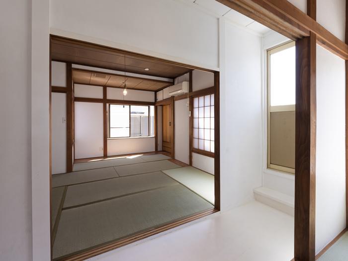 中央に真っ白に塗られた廊下があり、空間のアクセントになっている。右手のドアからバルコニーにでられる
