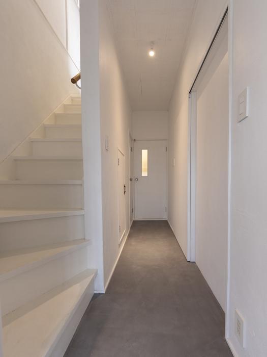 玄関を入ると外観とギャップのある真新しい空間が