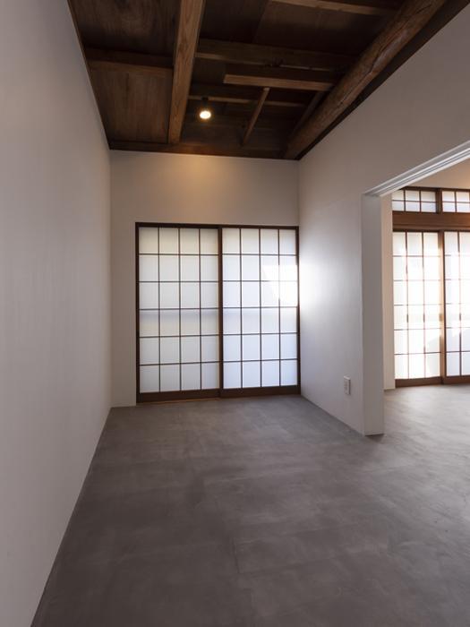 リビングの奥のスペースは扉で仕切ることも可能。書斎に使ってもよさそう