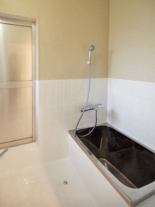 お風呂。レトロなタイルは白い塗装できれいに仕上げ直している