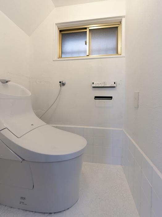 トイレ。階段下のスペースでやや天井が低め
