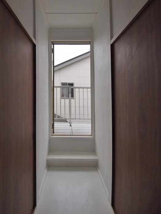 2階廊下とその突き当たりにバルコニー