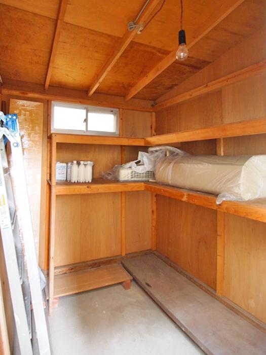 1階の浴室の裏にある物置は結構な収納力。中に置かれているエアコンを1階に設置できる