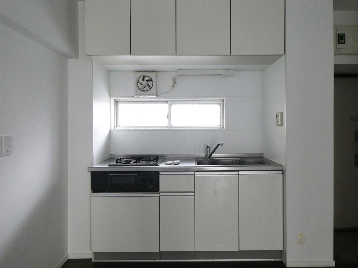 キッチンには窓があり、自然光も入る