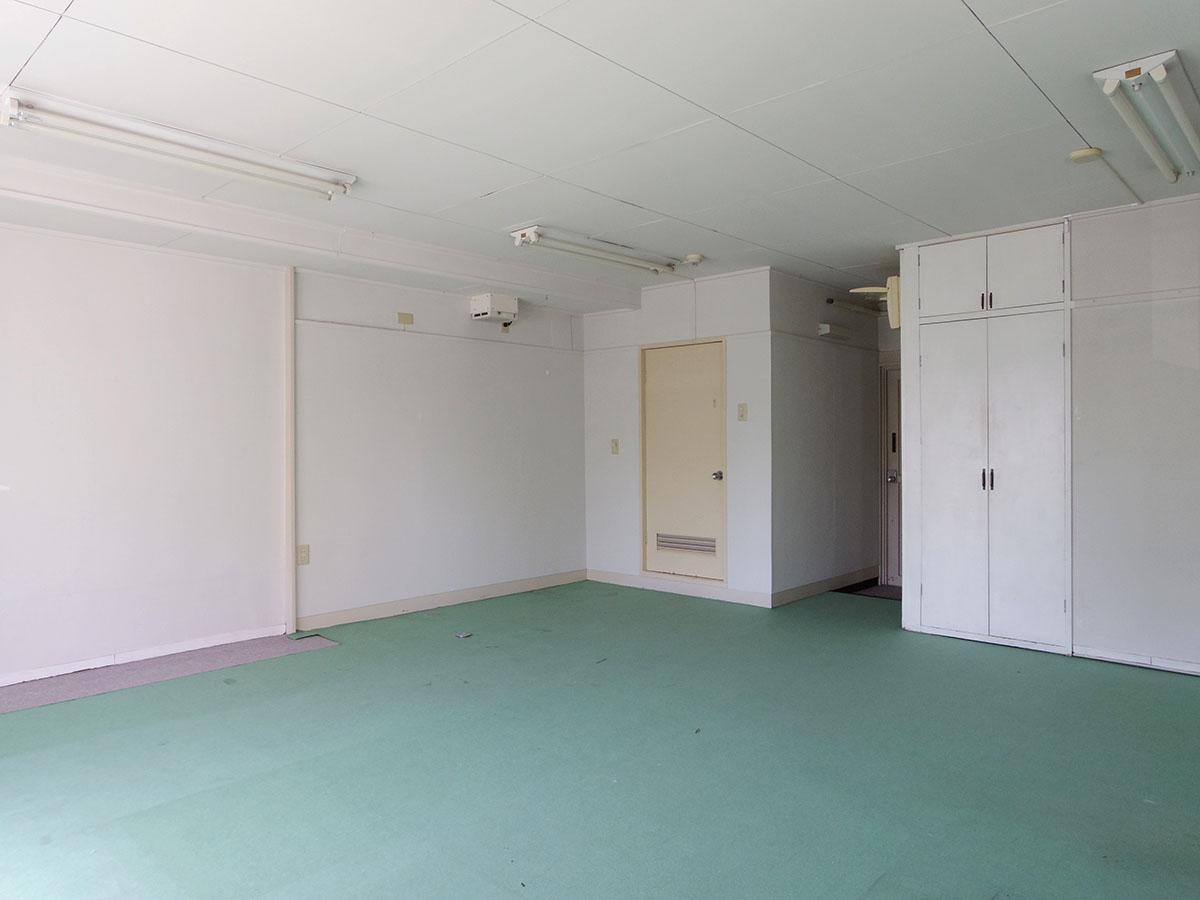 借主負担ですが、天井を抜いてライティングレールの設置も可能。原状回復も必要ありません!