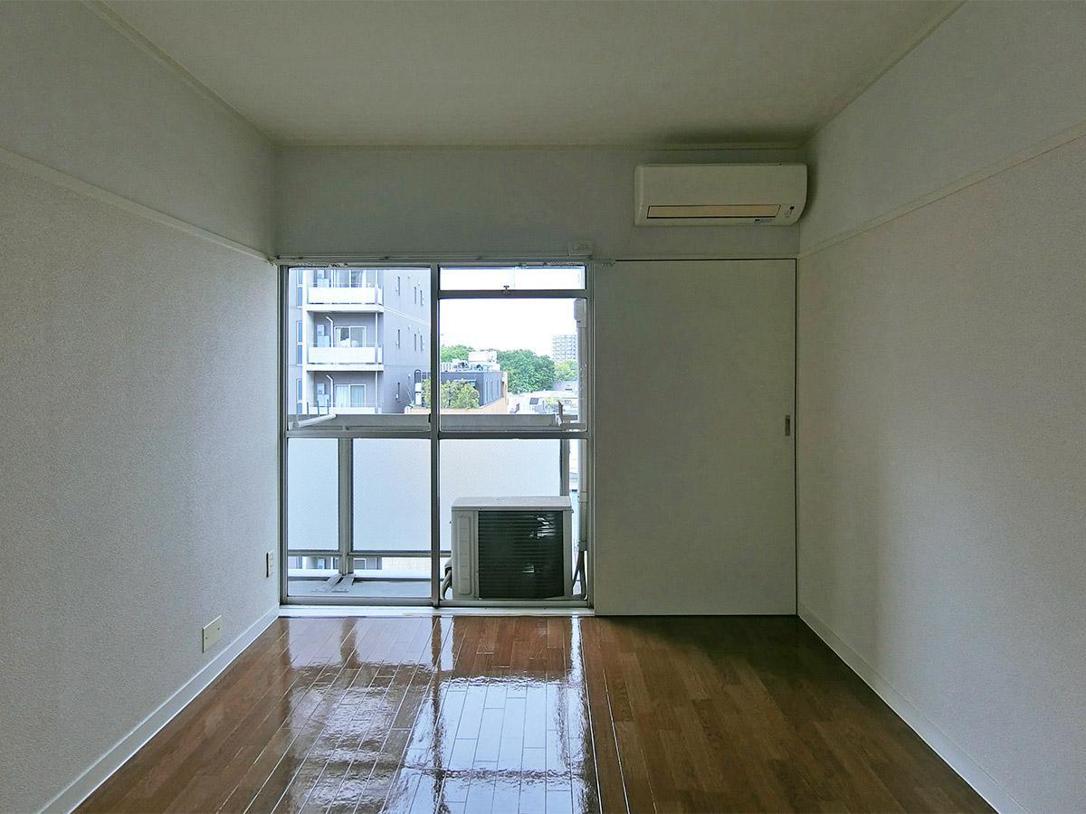 約6畳の洋室。窓の隣は収納