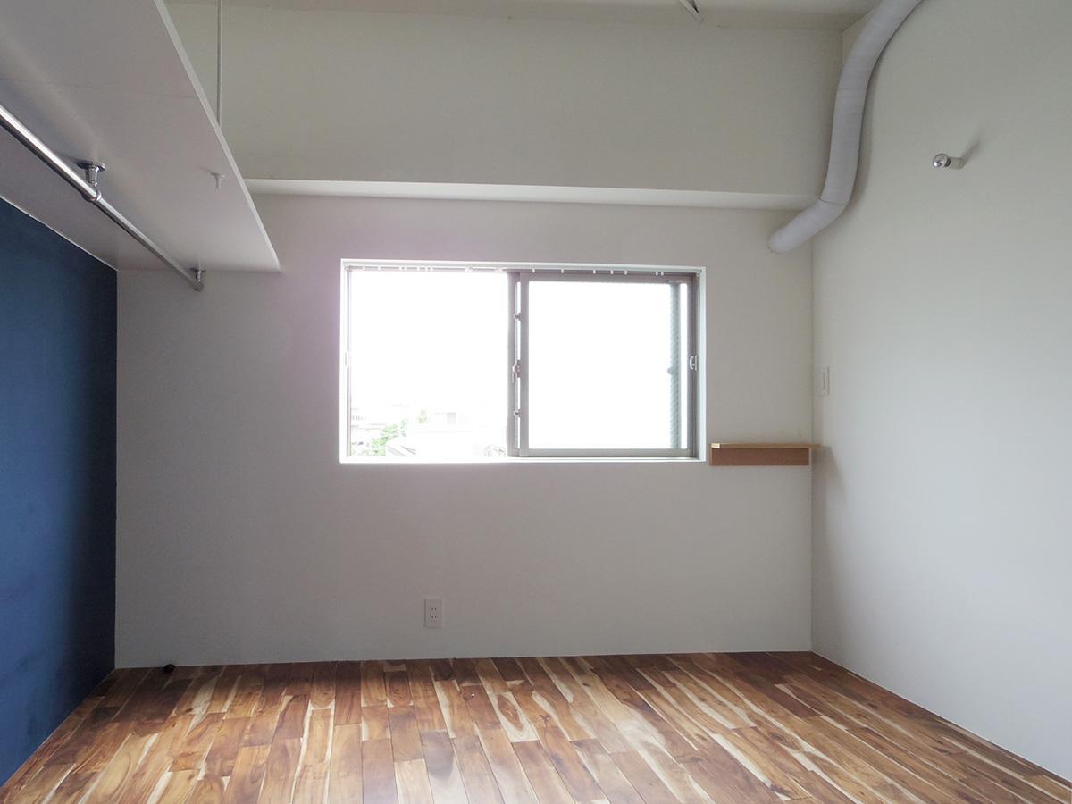 ダブルベッドがぎりぎり置ける広さの寝室