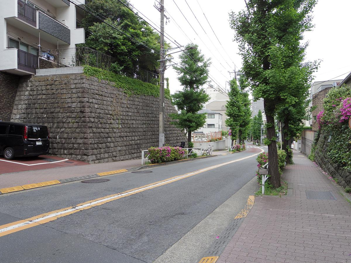 建物の前は坂道