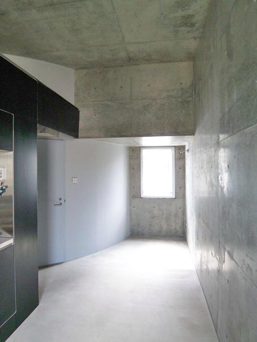 【005号室】土間が玄関から続く。土足利用がOKなのがうれしい。(008号室は足場板が敷かれ、土足利用OK)