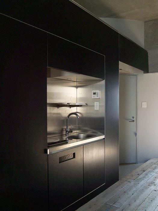 【008号室/キッチン】IHコンロの下にミニ冷蔵庫が置かれている