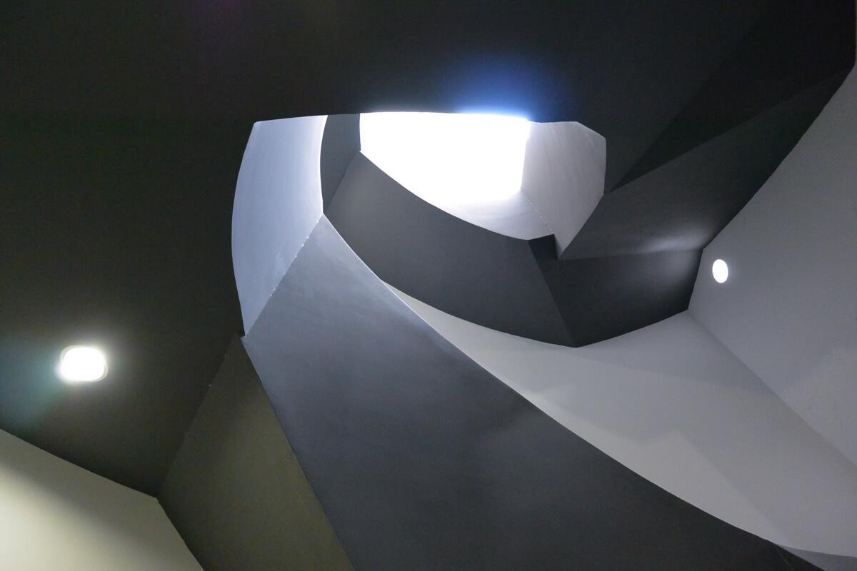 【階段】シンボリックなデザイン(下から見上げて)