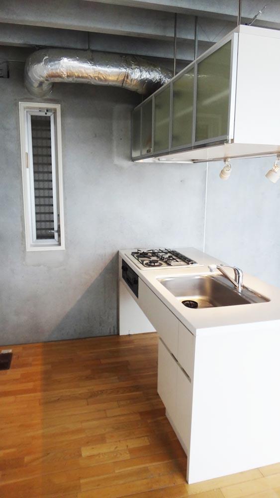 ペニンシュラ型のキッチン。吊戸は両サイドから使える(8階)