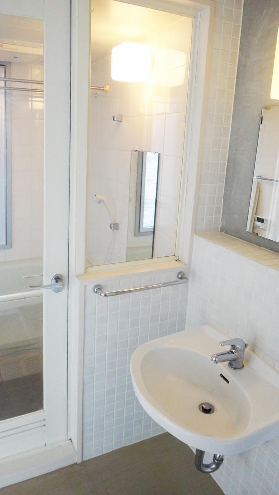 洗面・洗濯機置き場。お風呂のドアはガラスなので光が入る(7階)