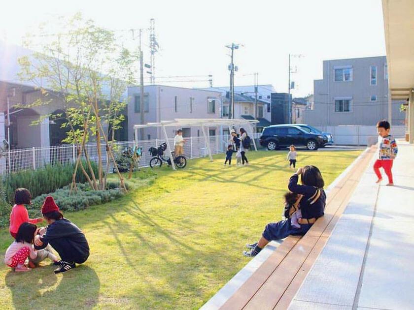 日常の芝生庭。腰かけて日光浴したり子どもと遊ぶのにぴったり。