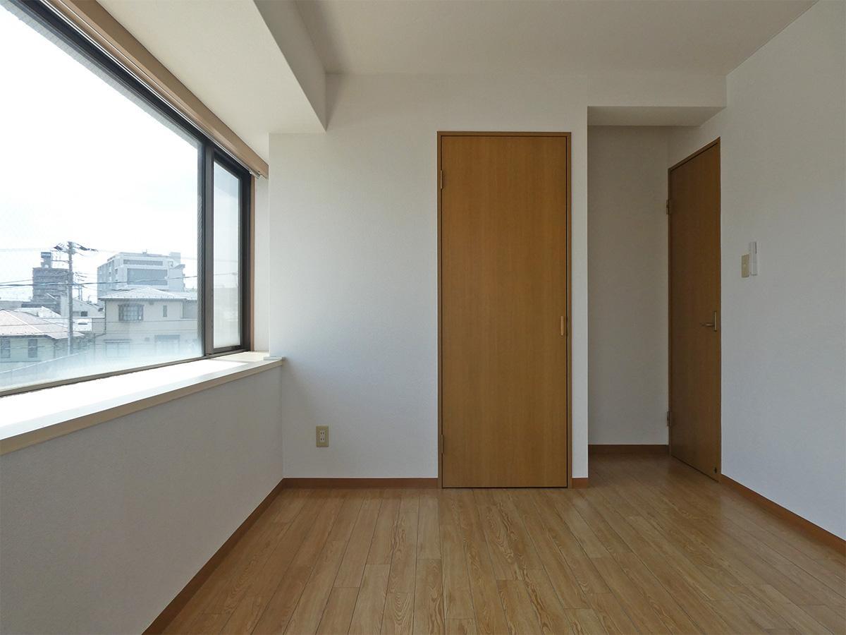 6.5畳の洋室:正面の収納は押入れタイプ