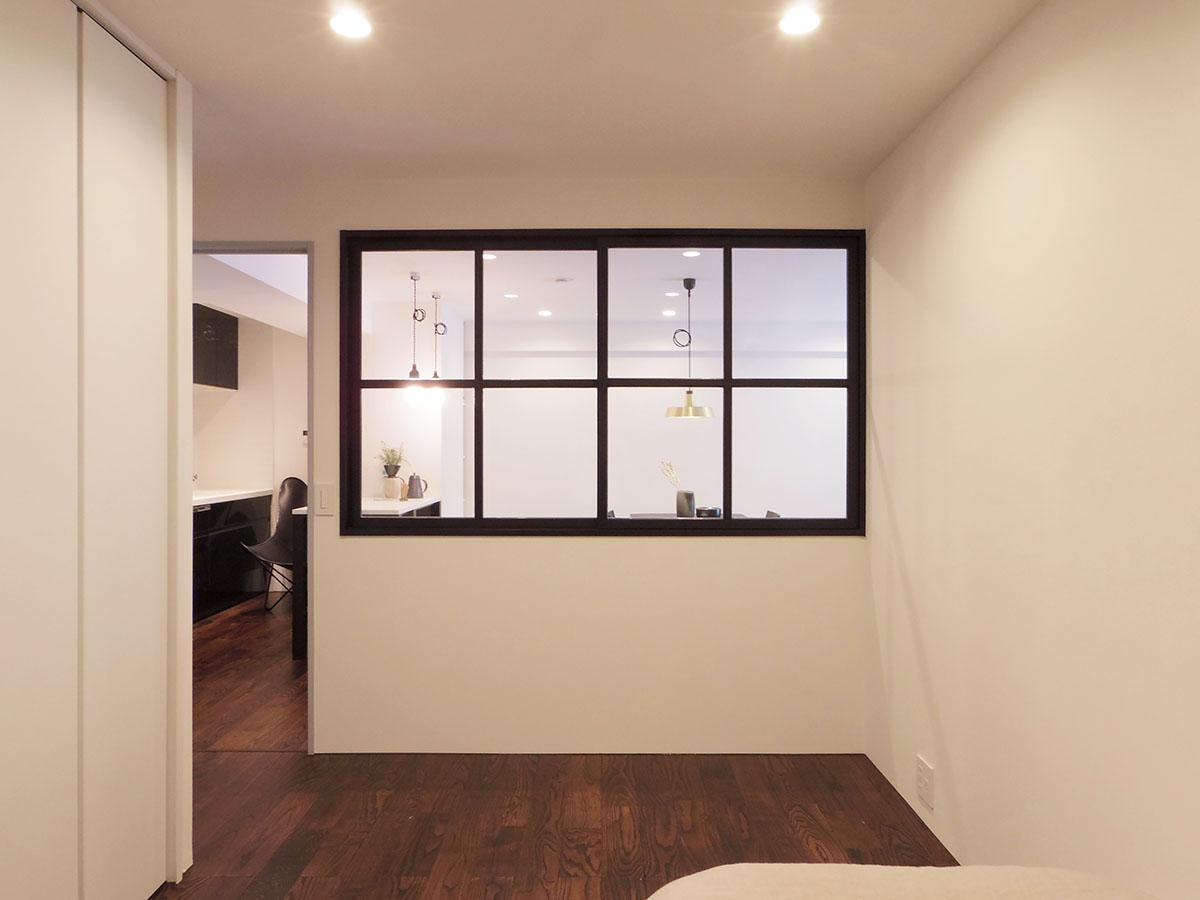 約5.4畳の洋室。リビングとの間には開閉可能な窓