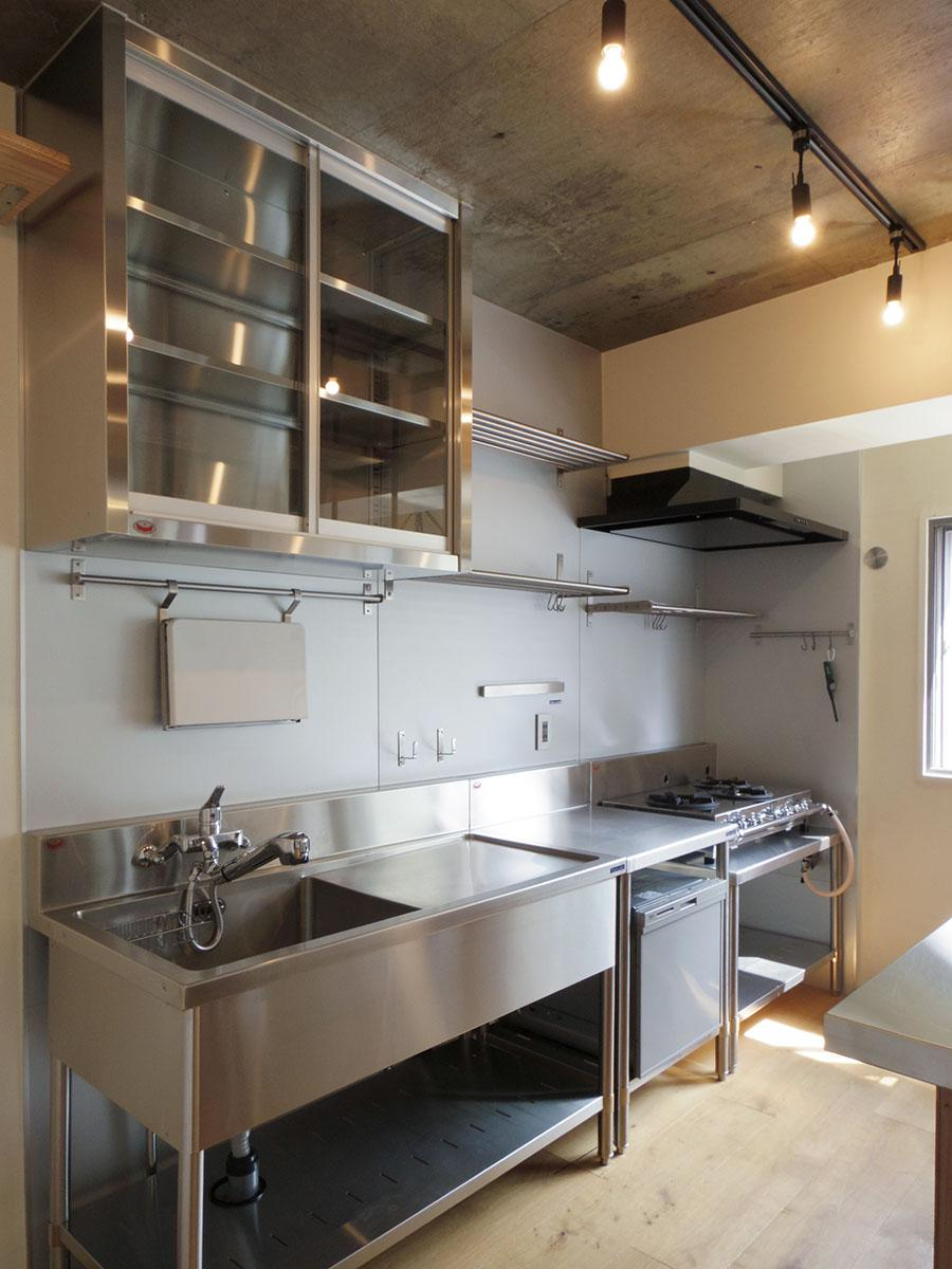業務用のキッチンは料理好きにはうれしい設備。見た目もいい