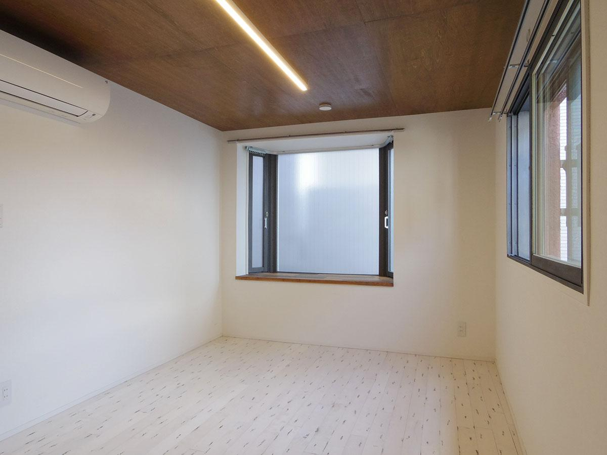 bedroom(2)。床はフロアタイル、天井は板張り