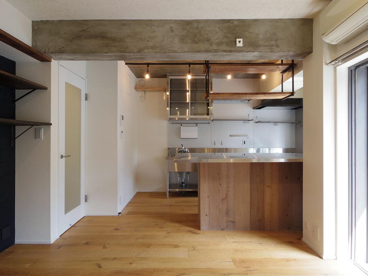 大きなステンレスカウンターは調理台としても、ダイニングテーブルとしても。作った料理をさっと出せる距離感