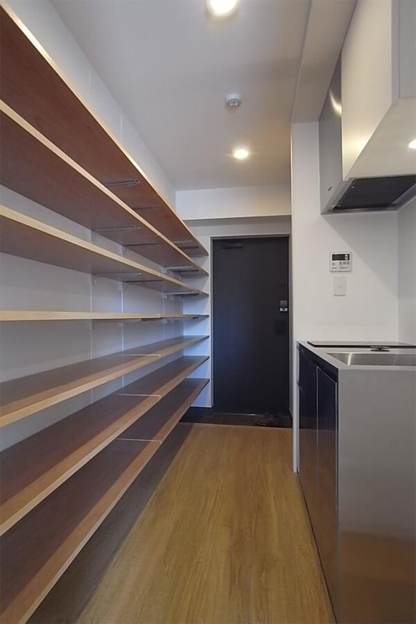玄関やキッチン部分にも棚